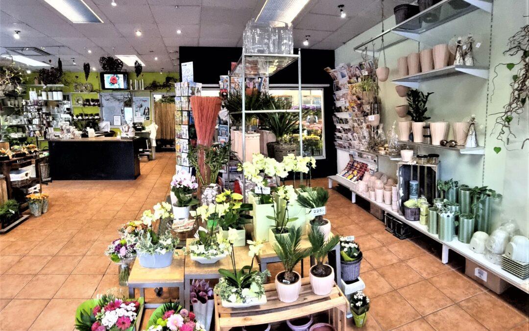 Etablerad blomsterbutik med presentartiklar